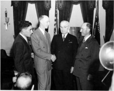 Pen promoter Milton Reynolds (far right) is shown here with President Truman after he and an airplane crew broke a round-the-world speed record (PD Abbie Rowe via Wikimedia Commons)