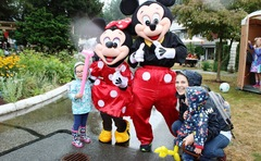 A family poses for a photo with our very own Mickey and Minnie Mouse!